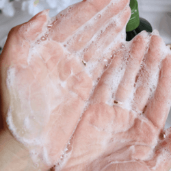 Attivazione shampoo sulle mani