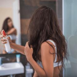 Applicazione prodotto spray su capelli
